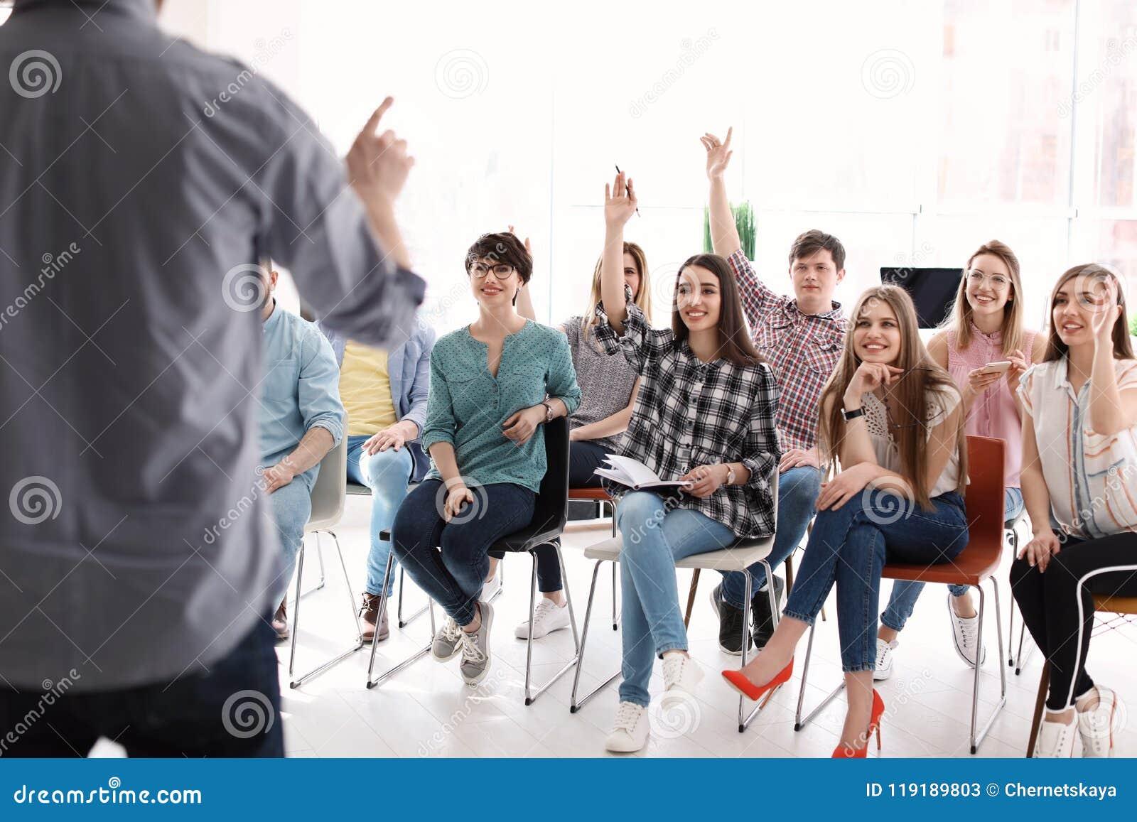 Junge Leute, die Geschäftstraining haben