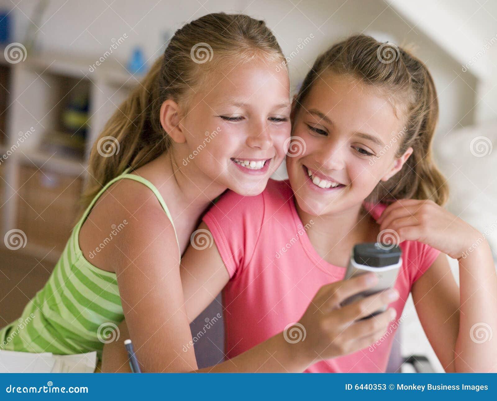 junge m dchen die mit einem mobiltelefon spielen stockbild bild 6440353. Black Bedroom Furniture Sets. Home Design Ideas