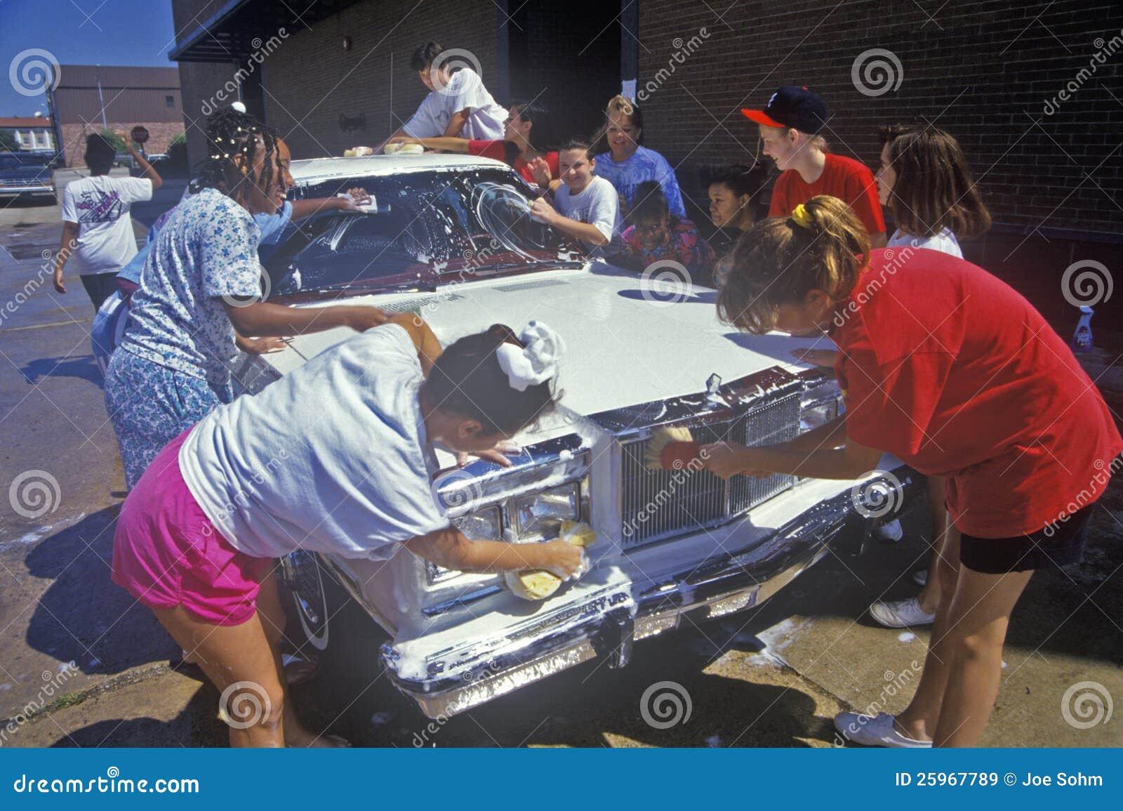 Junge Mädchen an einer Gemeinschaftsautowäsche