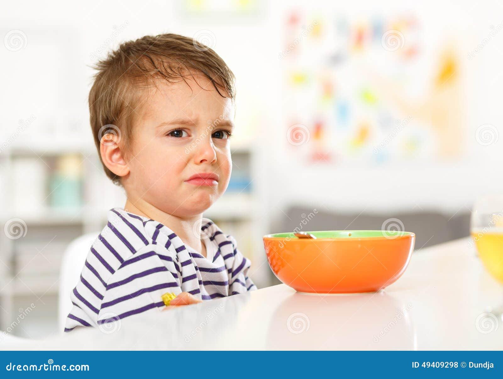 Download Junge möchte nicht essen stockfoto. Bild von ablehnung - 49409298