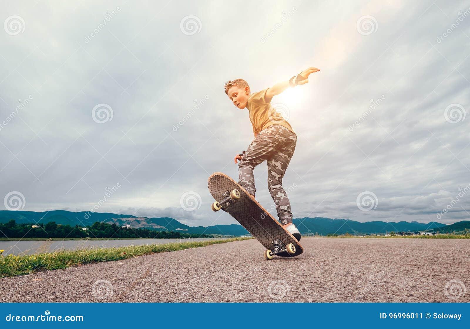 Junge macht einen Trick mit Skateboard