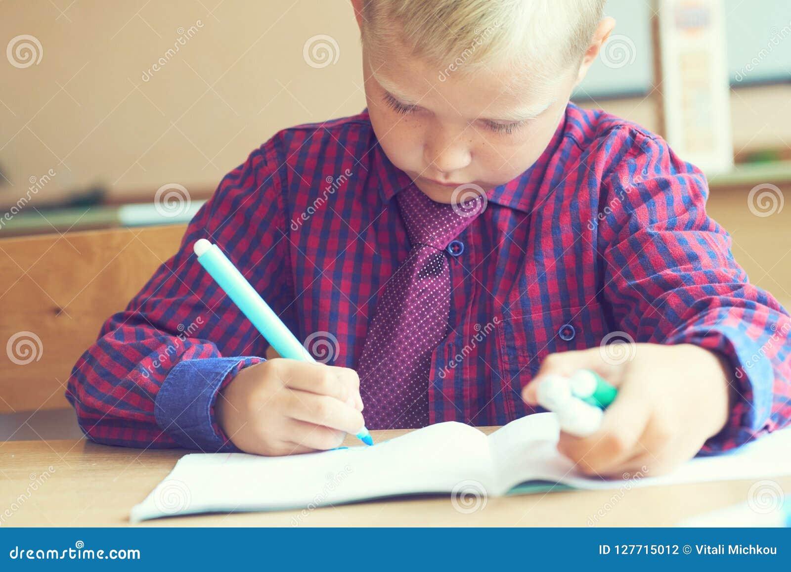 Junge Malt Ein Bild Ein Schones Kind Mit Filzstiften Sitzt Am Tisch Und Nimmt An Kreativitat Und Kunst Teil Stockfoto Bild Von Schones Kunst 127715012