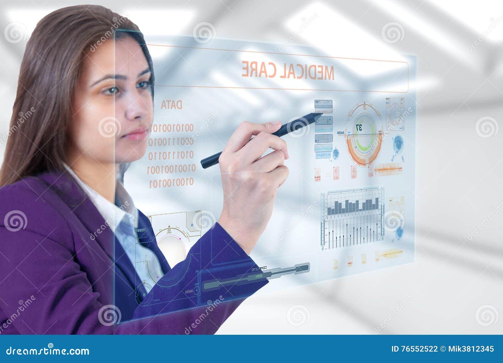 Junge Medizin Touch Screen des Brunettemädchens