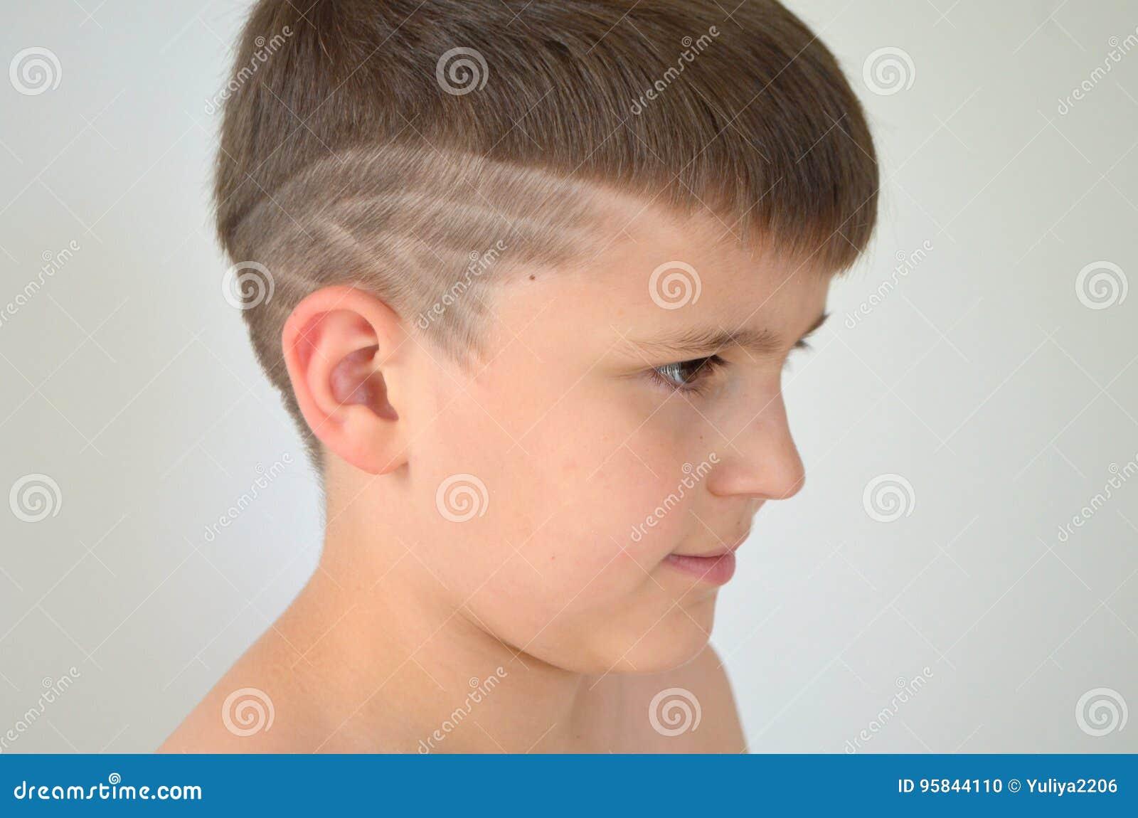 Junge Mit Asymetrischem Haarschnitt Stockfoto Bild Von Junge