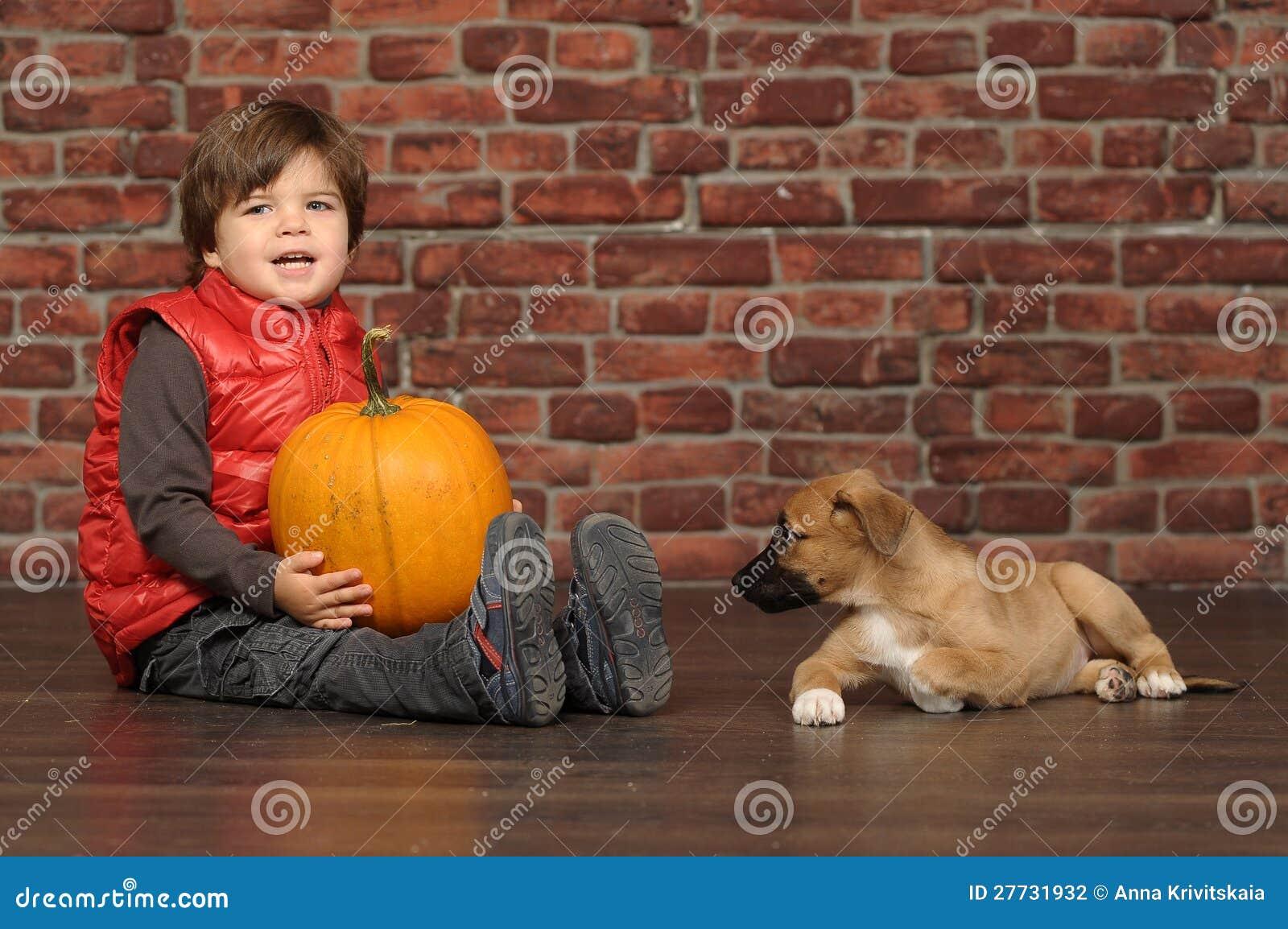 Junge mit einem Welpen