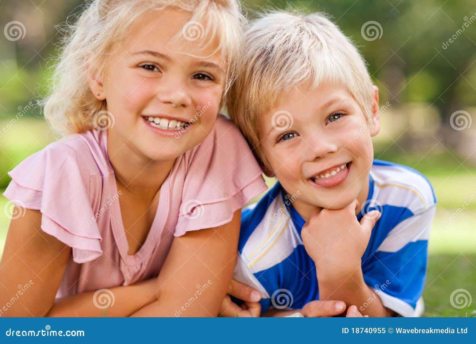 Junge mit seiner Schwester draußen