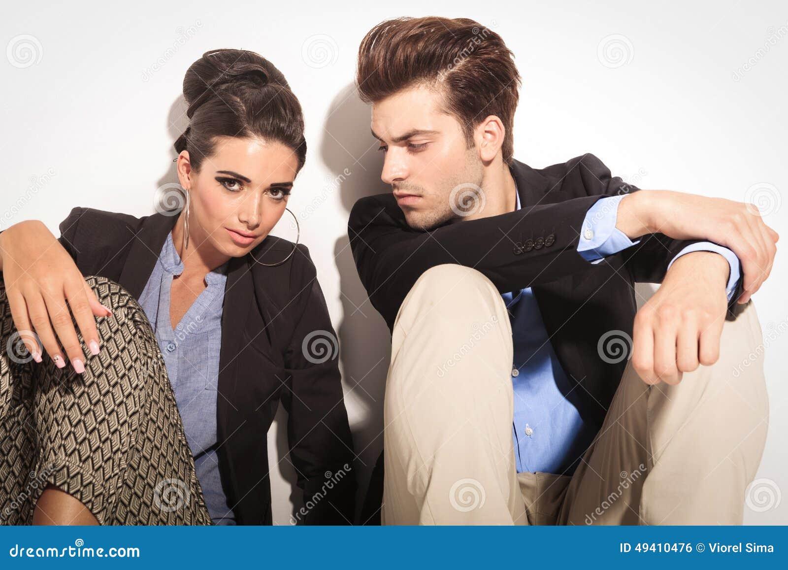 Download Junge Modepaare, Die Auf Dem Boden Sitzen Stockfoto - Bild von seite, männer: 49410476