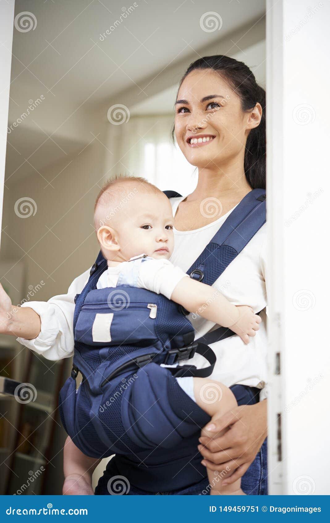 Junge Mutter, die Haus verl?sst
