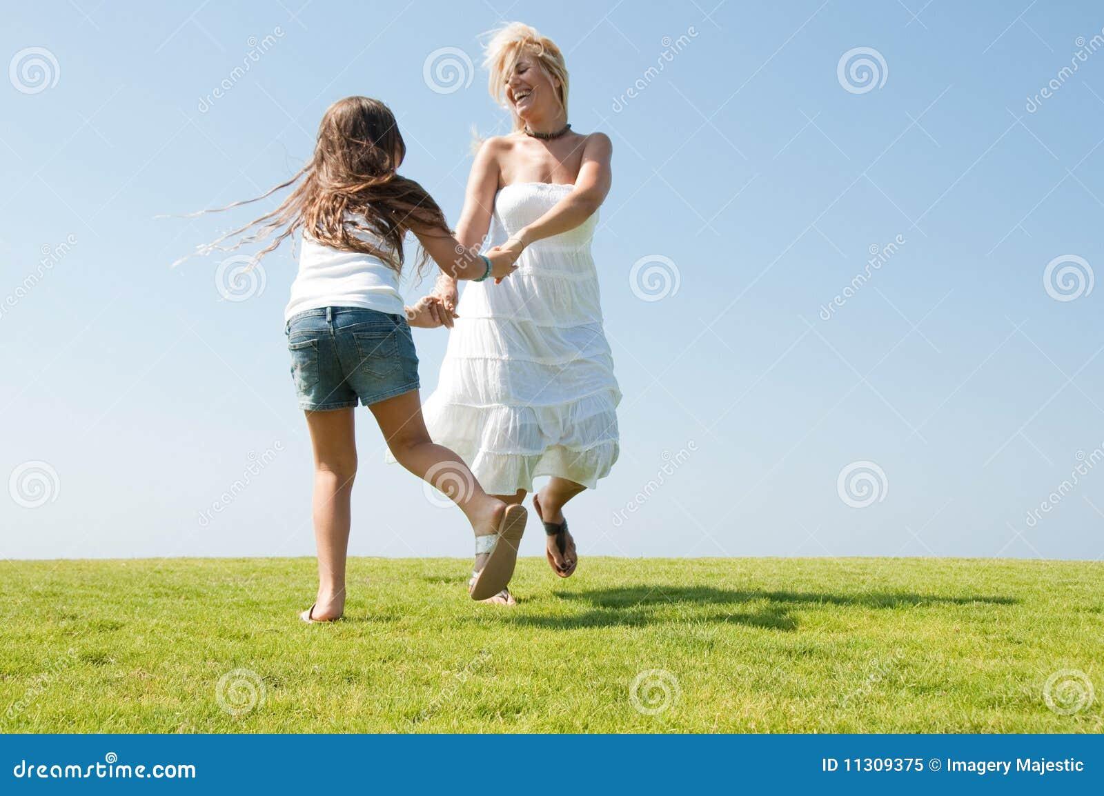 Junge Mutter, die mit Tochter spielt
