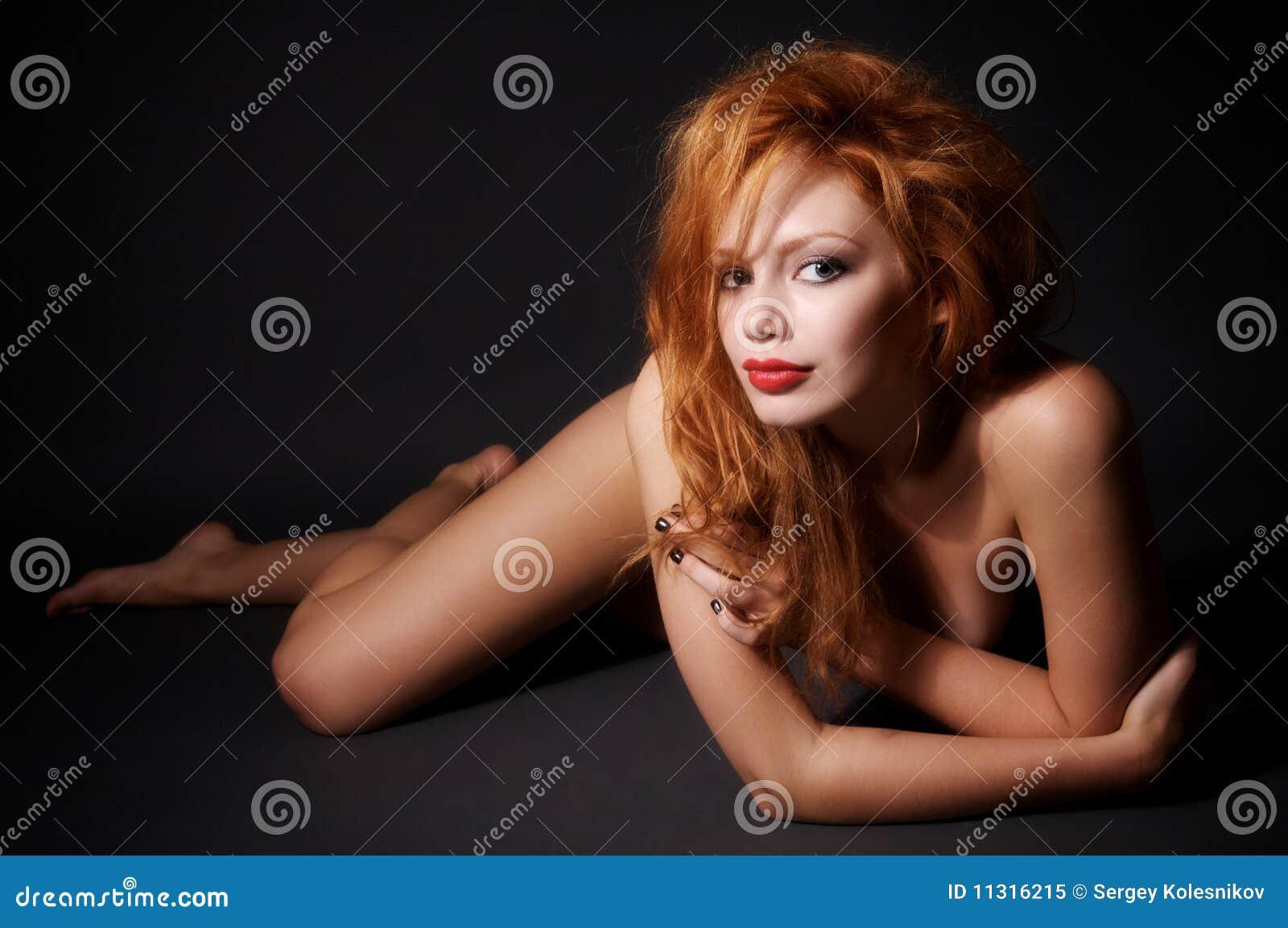 Junge nackte Frau liegt auf dem Fußboden