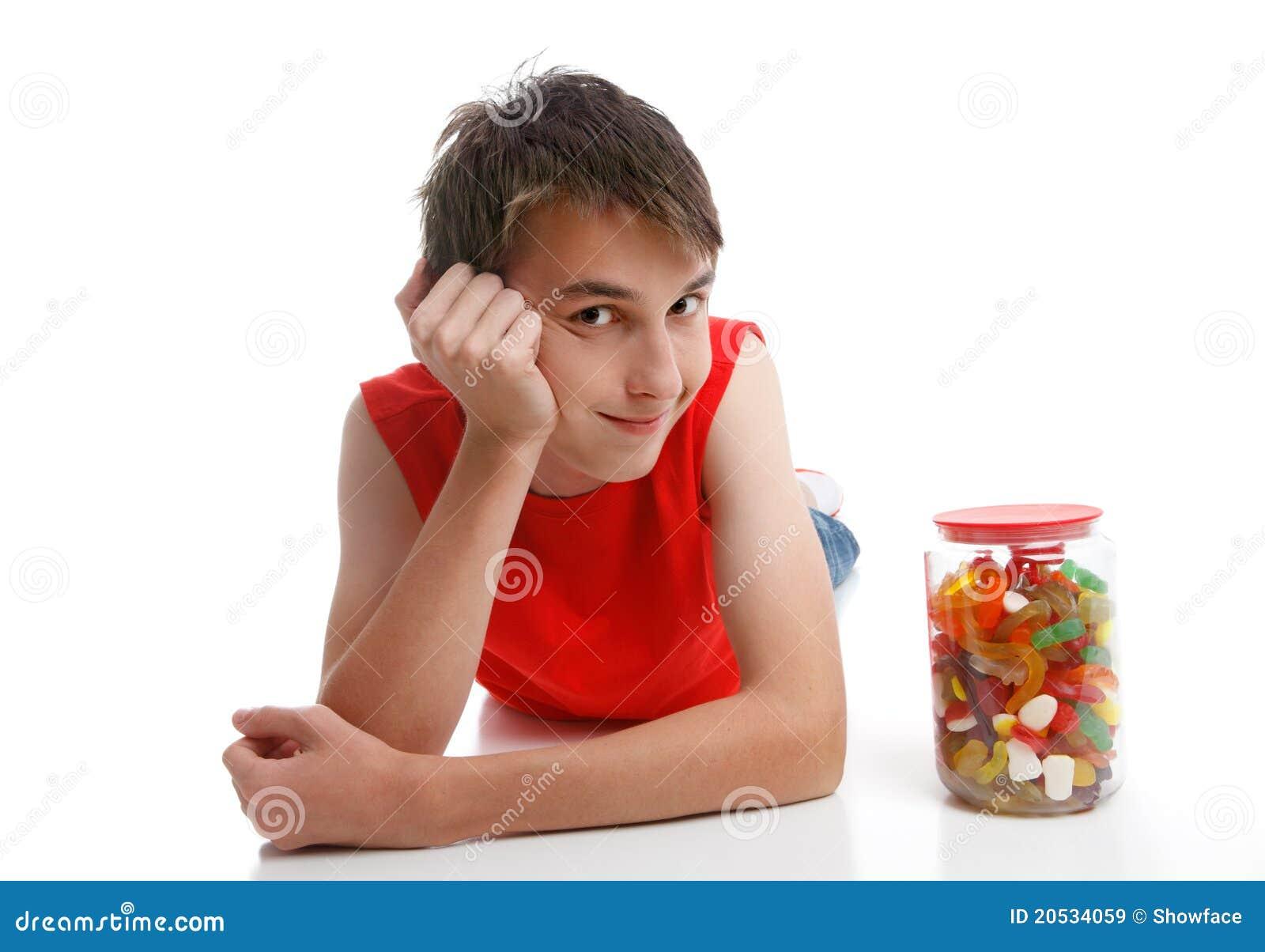 Junge neben einer Zusammenstellung von Mischsüßigkeiten