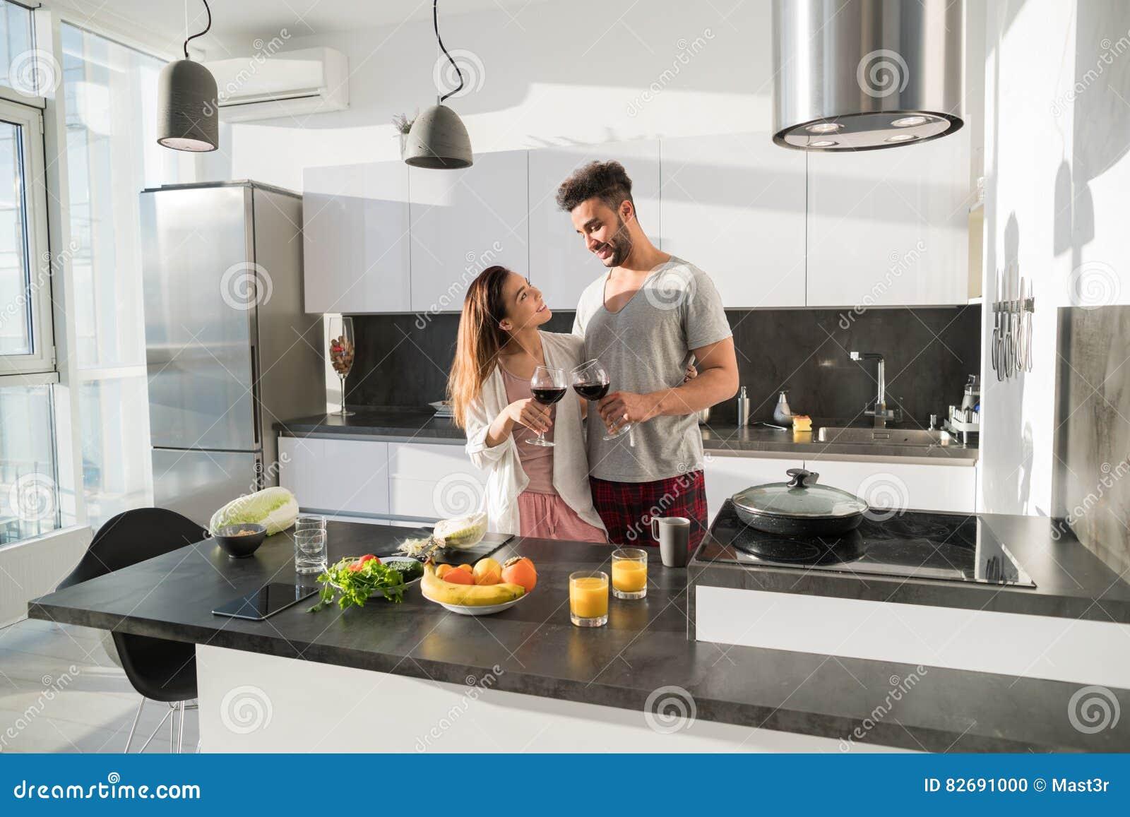 Junge Paar Umarmung In Der Kuche Im Hispanischen Mann Und Im