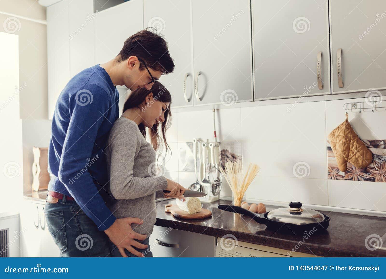 Junge Paare Auf Der Kche, Die Abendessen Umarmt Und Kocht Stockbild   Bild von spaß, paare ...