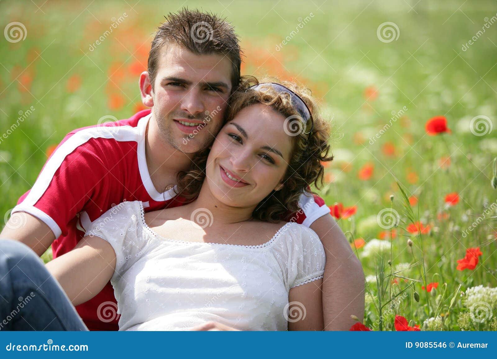 Junge Paare auf einem Gebiet