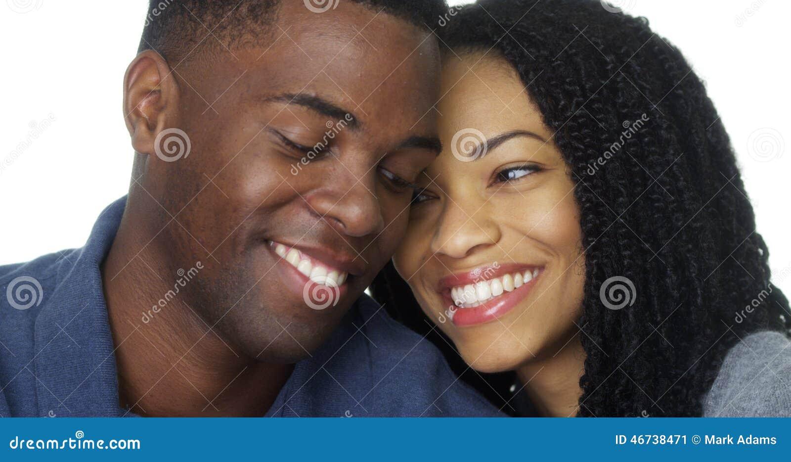 Junge Paare in der Liebe, die Kamera lächelt und betrachtet