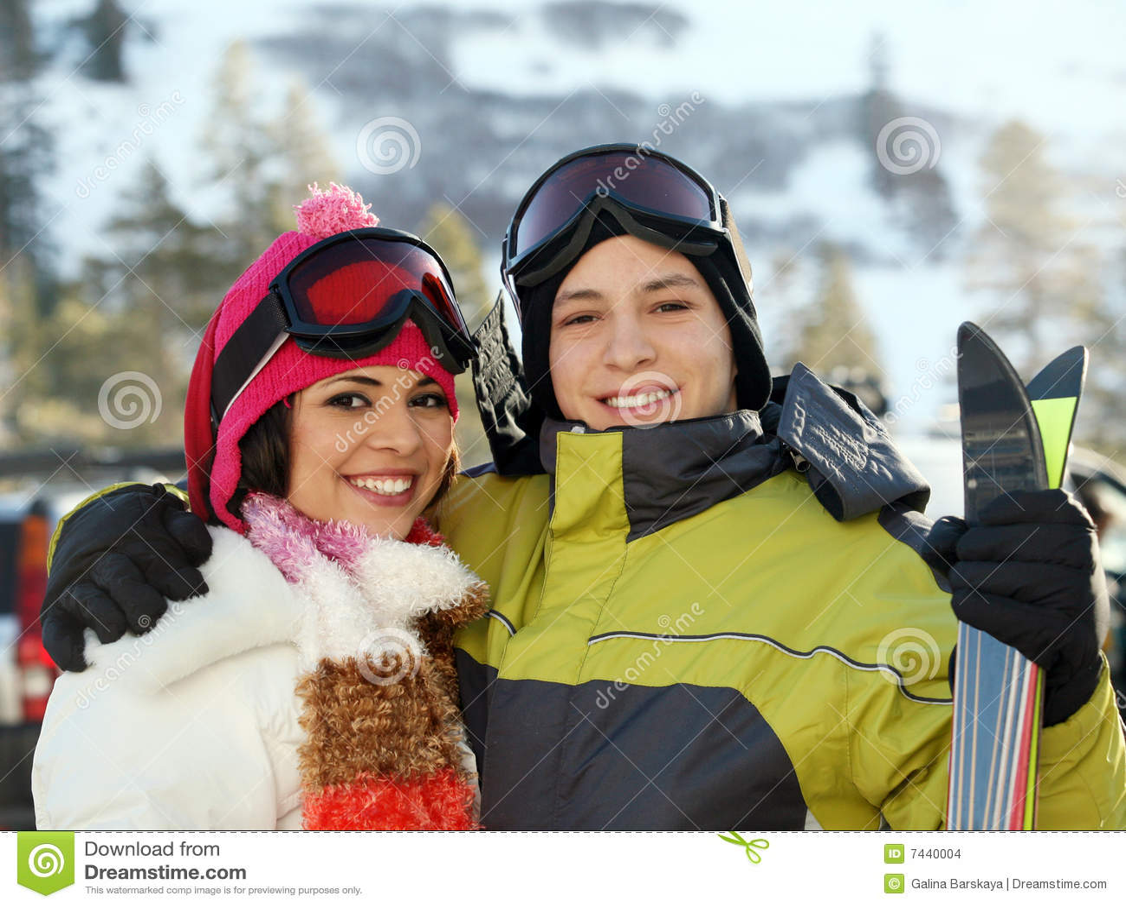 Junge Paare an der Skifahrenrücksortierung