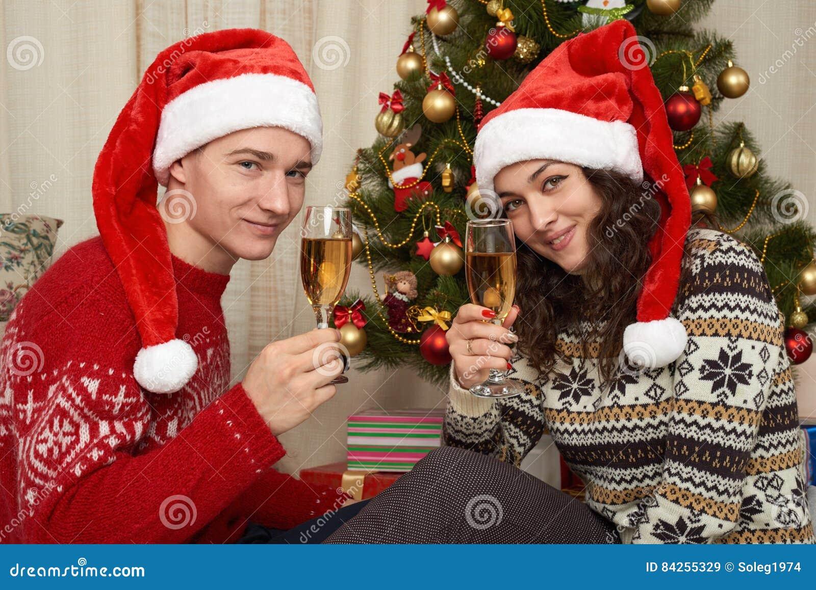 junge paare in der weihnachtsdekoration ausgangsinnenraum
