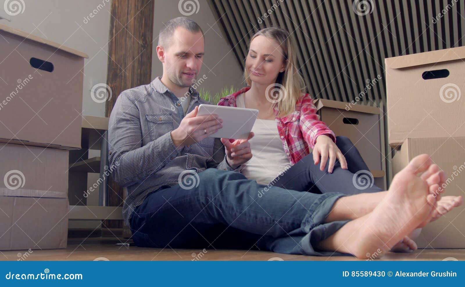 Junge Paare Die Auf Dem Boden Mit Tabletten Pc Sitzen Und Möbel Zu