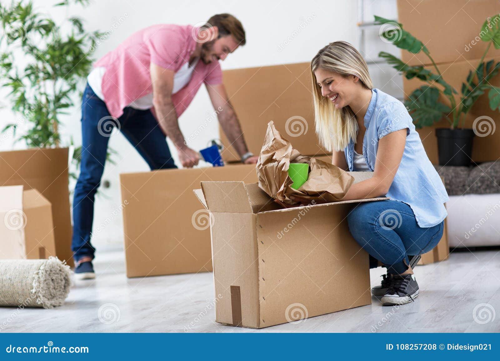 Junge Paare, Die In Das Neue Haus, Sachen Auspackend Sich Bewegen ...