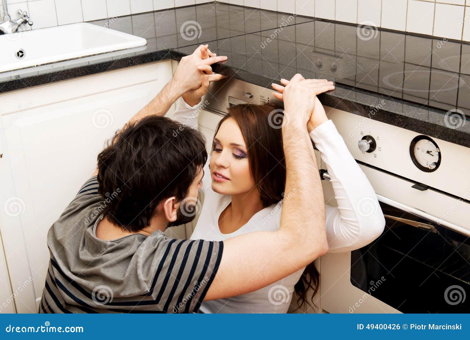 Download Junge Paare, Die In Der Küche Sich Umfassen Stockfoto - Bild von küche, paare: 49400426