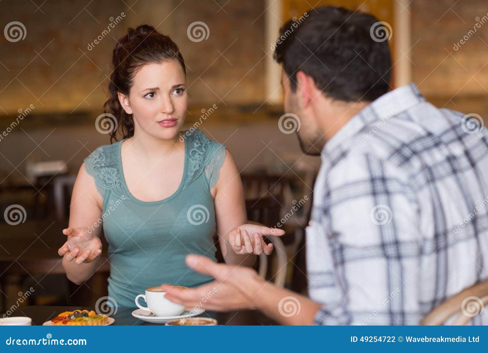 Junge Paare, die ein Argument haben