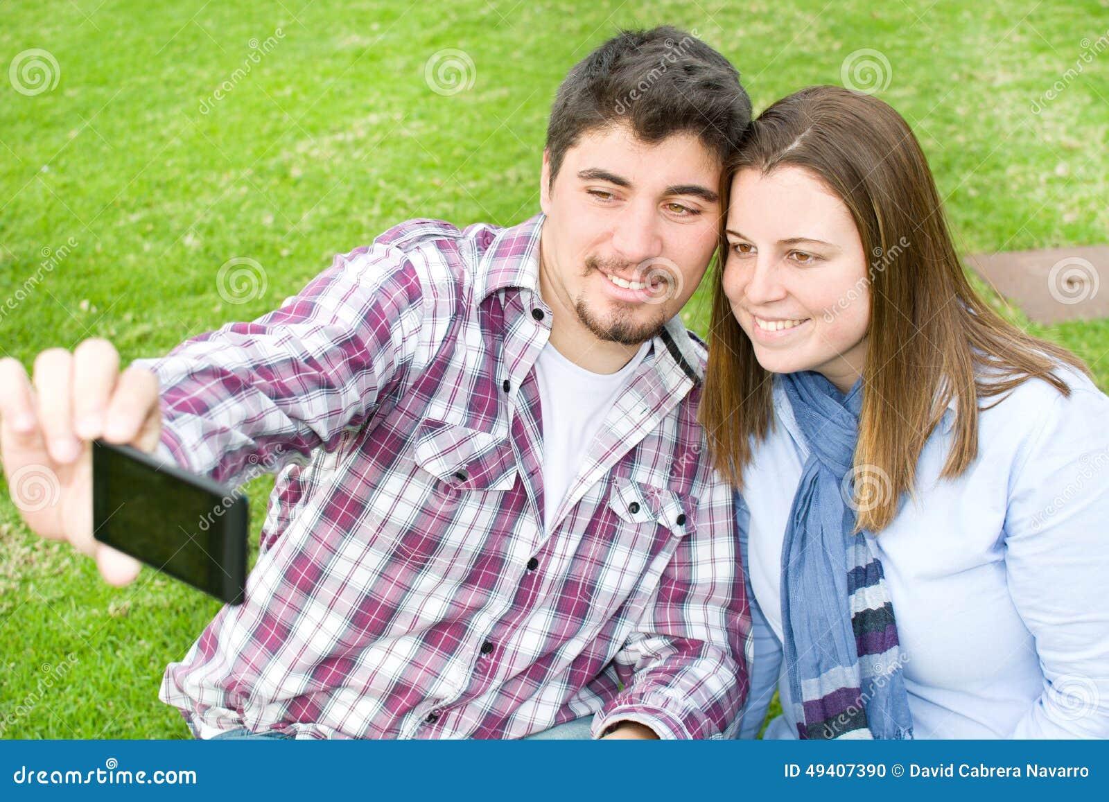Download Junge Paare, Die Ein Selfie Machen Stockfoto - Bild von sorglos, kaukasisch: 49407390