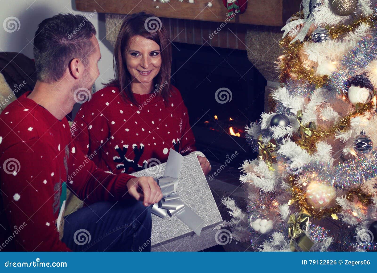 Junge Paare, Die Ein Weihnachtsgeschenk öffnen Stockfoto - Bild von ...