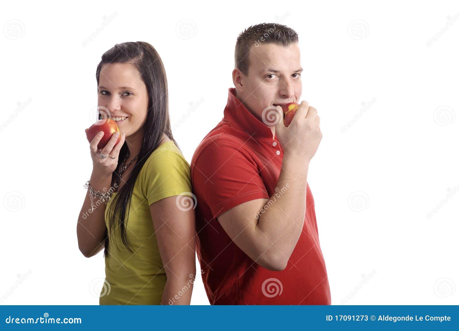 Junge Paare, die einen Apfel essen