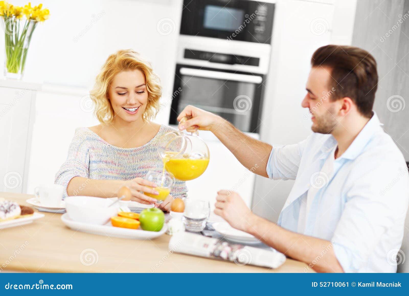 Junge Paare, Die Frühstück Essen Stockbild - Bild von mahlzeit ...