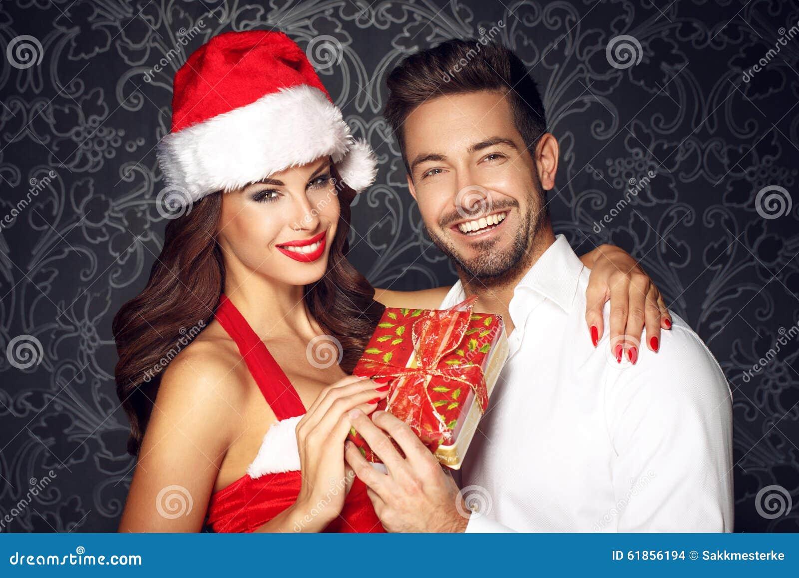 Junge Paare, Die Geschenk Am Weihnachten Halten Stockfoto - Bild von ...
