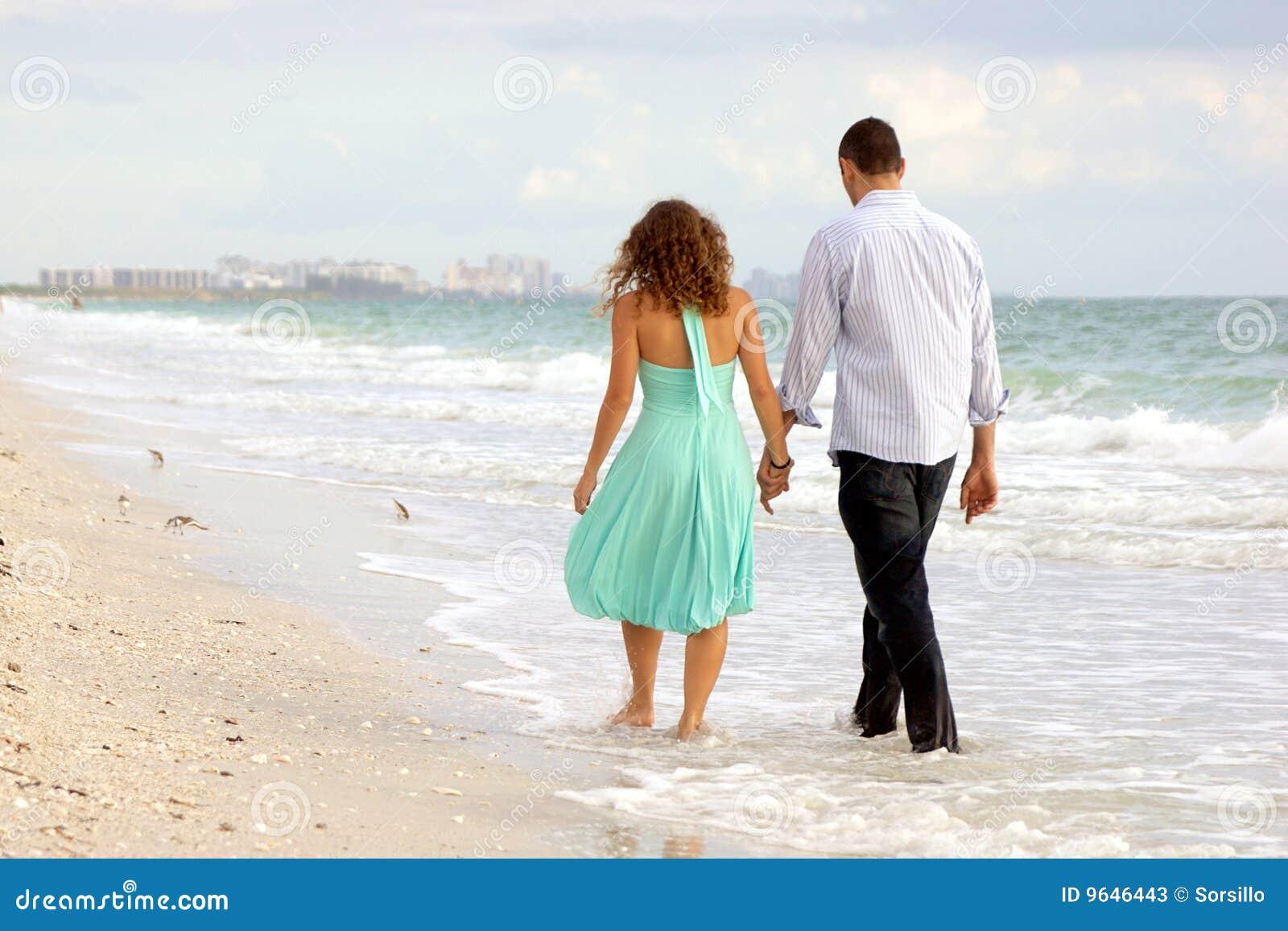junge paare die hand in hand auf das strand thi gehen stockbild bild von attraktiv. Black Bedroom Furniture Sets. Home Design Ideas