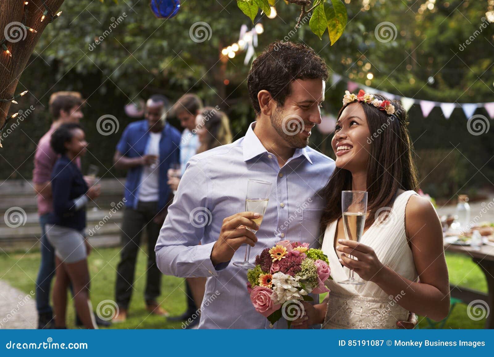 Junge Paare, die Hochzeit mit Partei im Hinterhof feiern