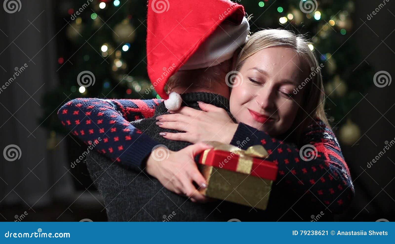 Junge Paare, Die Mit Eingewickeltem Weihnachtsgeschenk Umarmen Stock ...