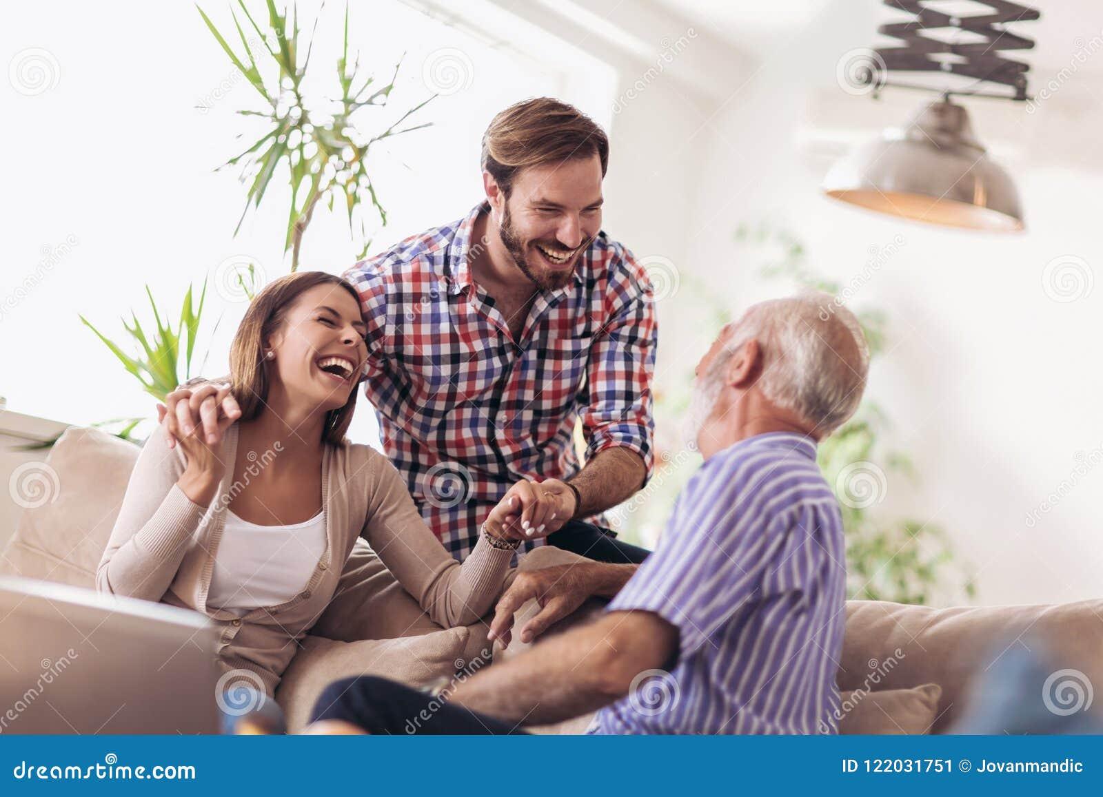 Junge Paare, die mit ihrem älteren Vater sprechen