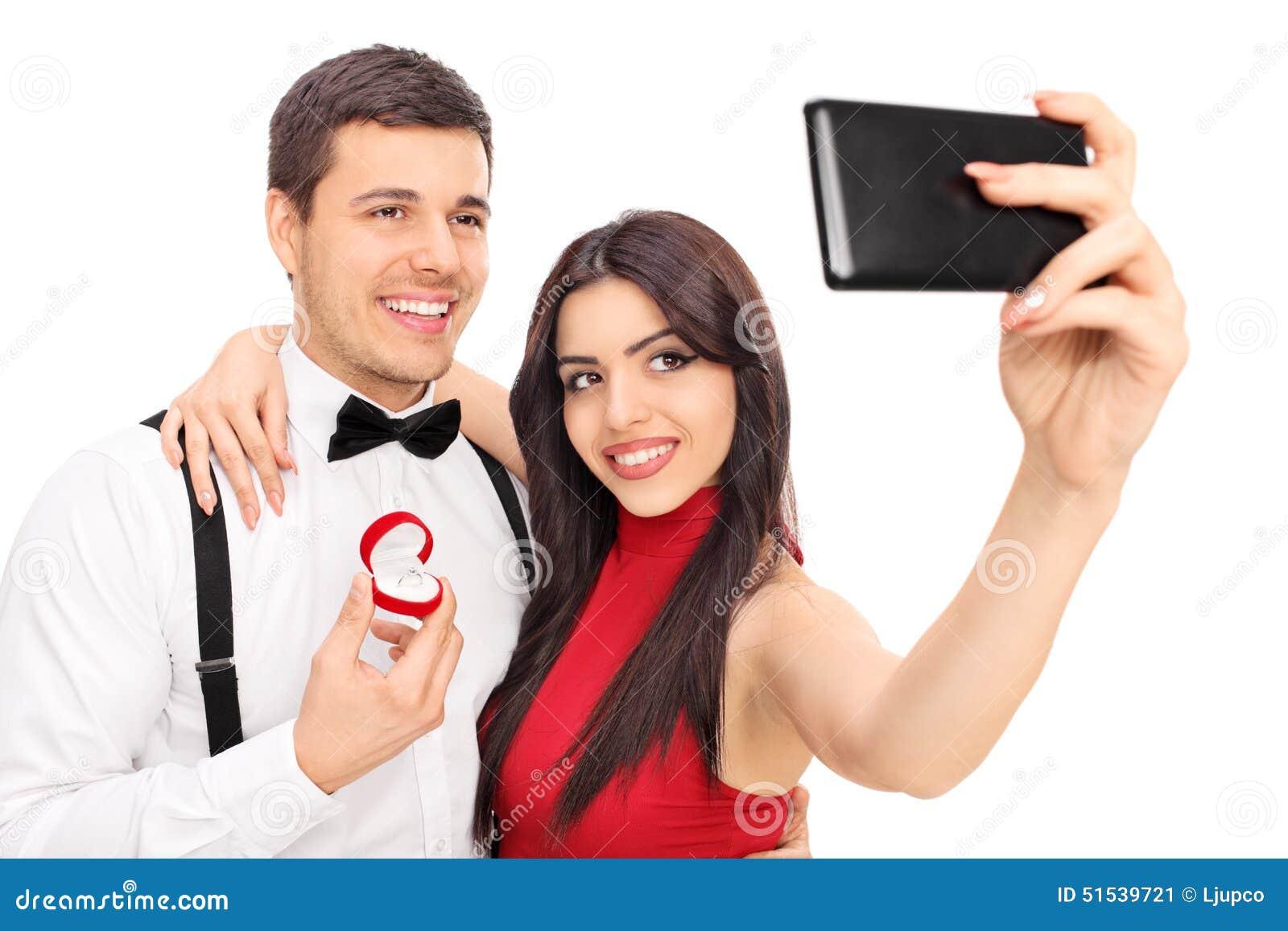 Junge Paare Die Selfie Mit Ihrem Verlobungsring Nehmen Stockbild