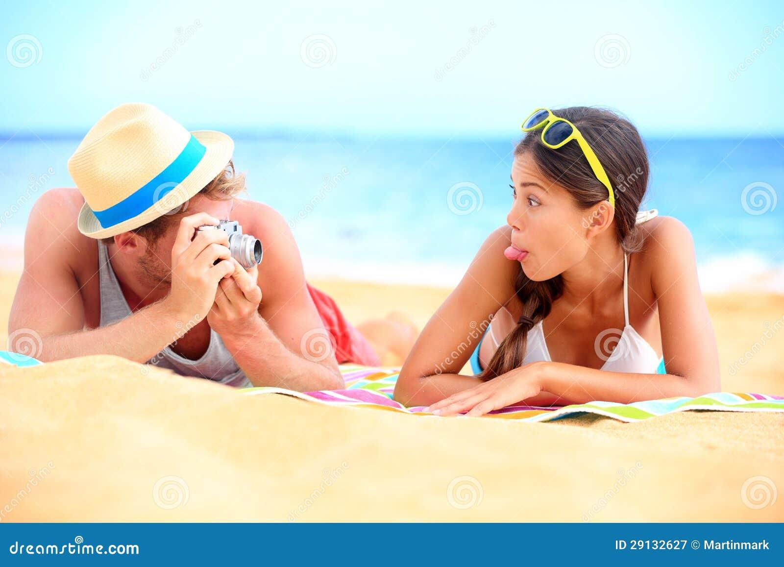 Junge Paare, die Spaß auf Strand haben