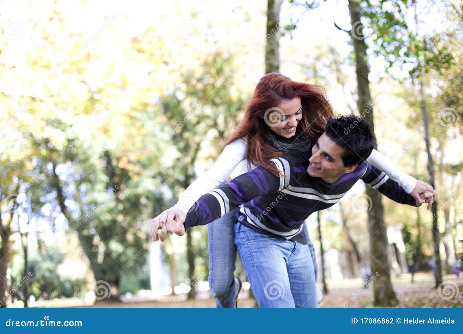 Junge Paare, die Spaß am Park haben