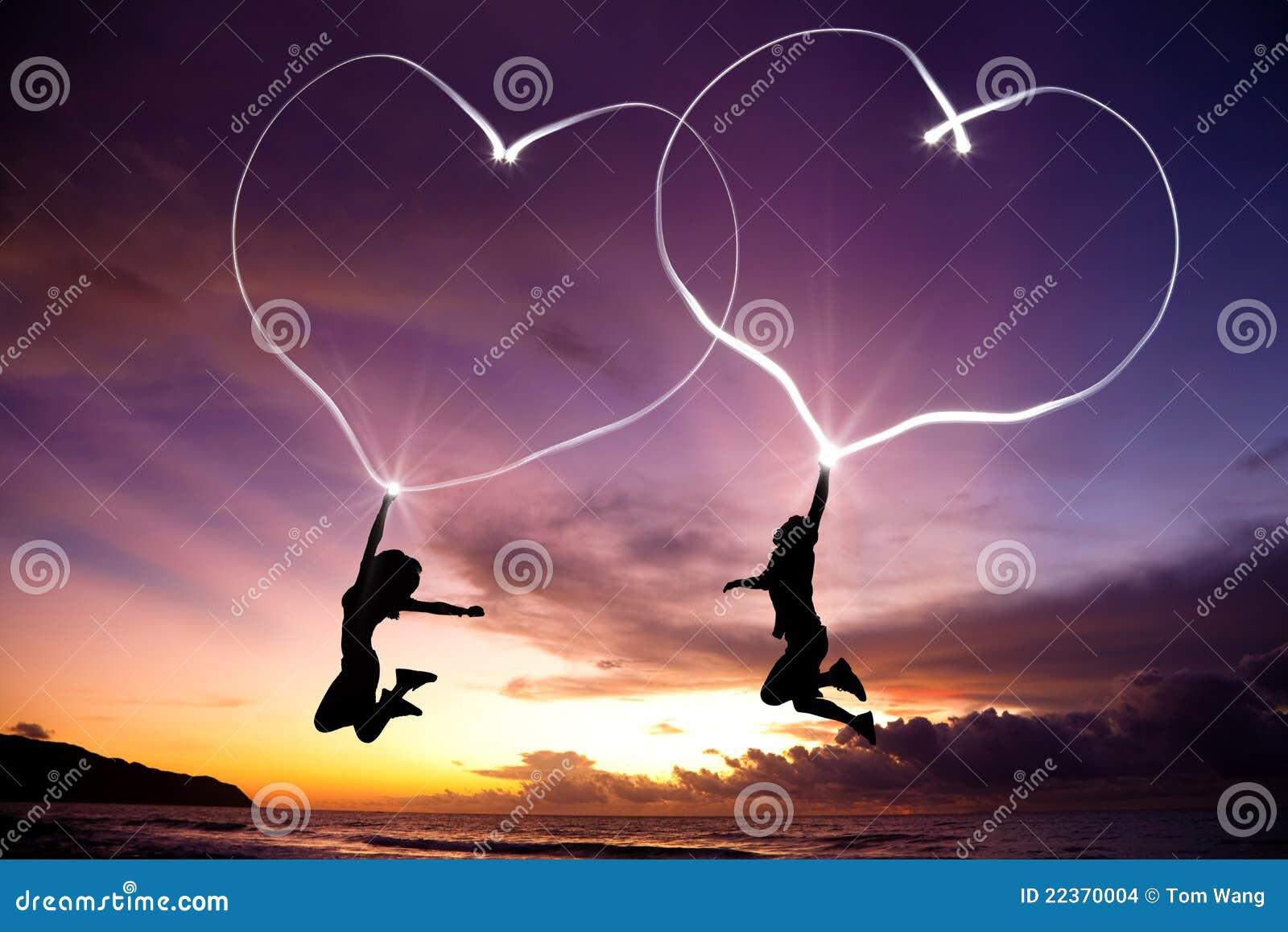 Junge Paare, die verbundene Innere springen und zeichnen