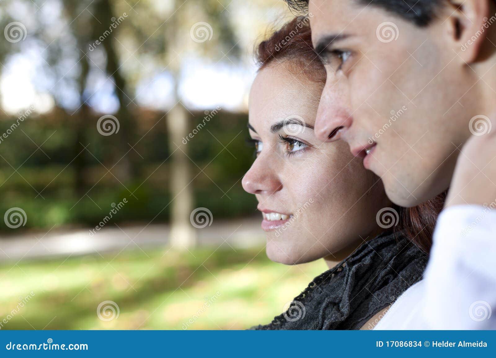 Junge Paare, die weg schauen