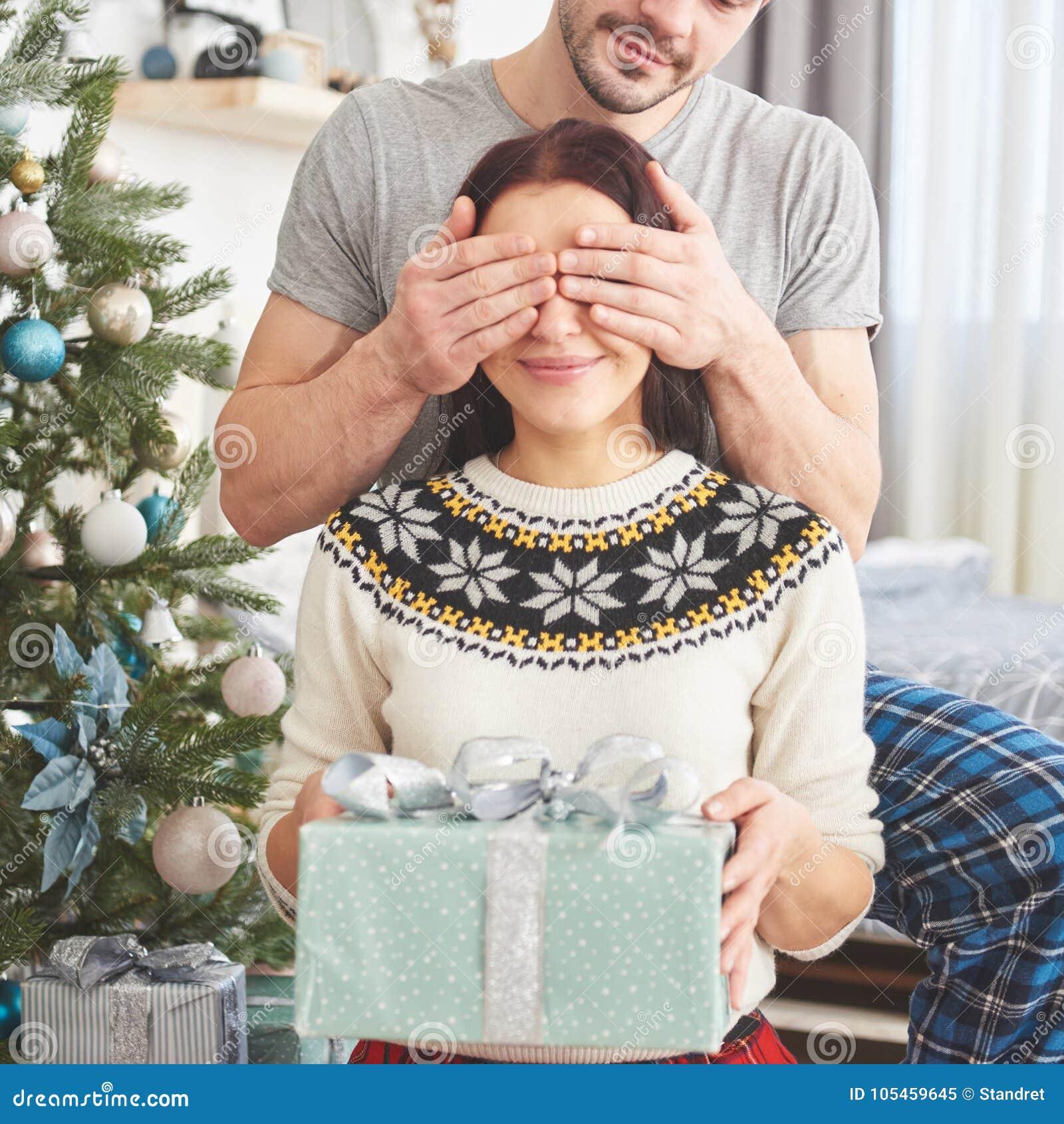 Junge Paare, Die Weihnachten Feiern Ein Mann Stellte Plötzlich Ein ...