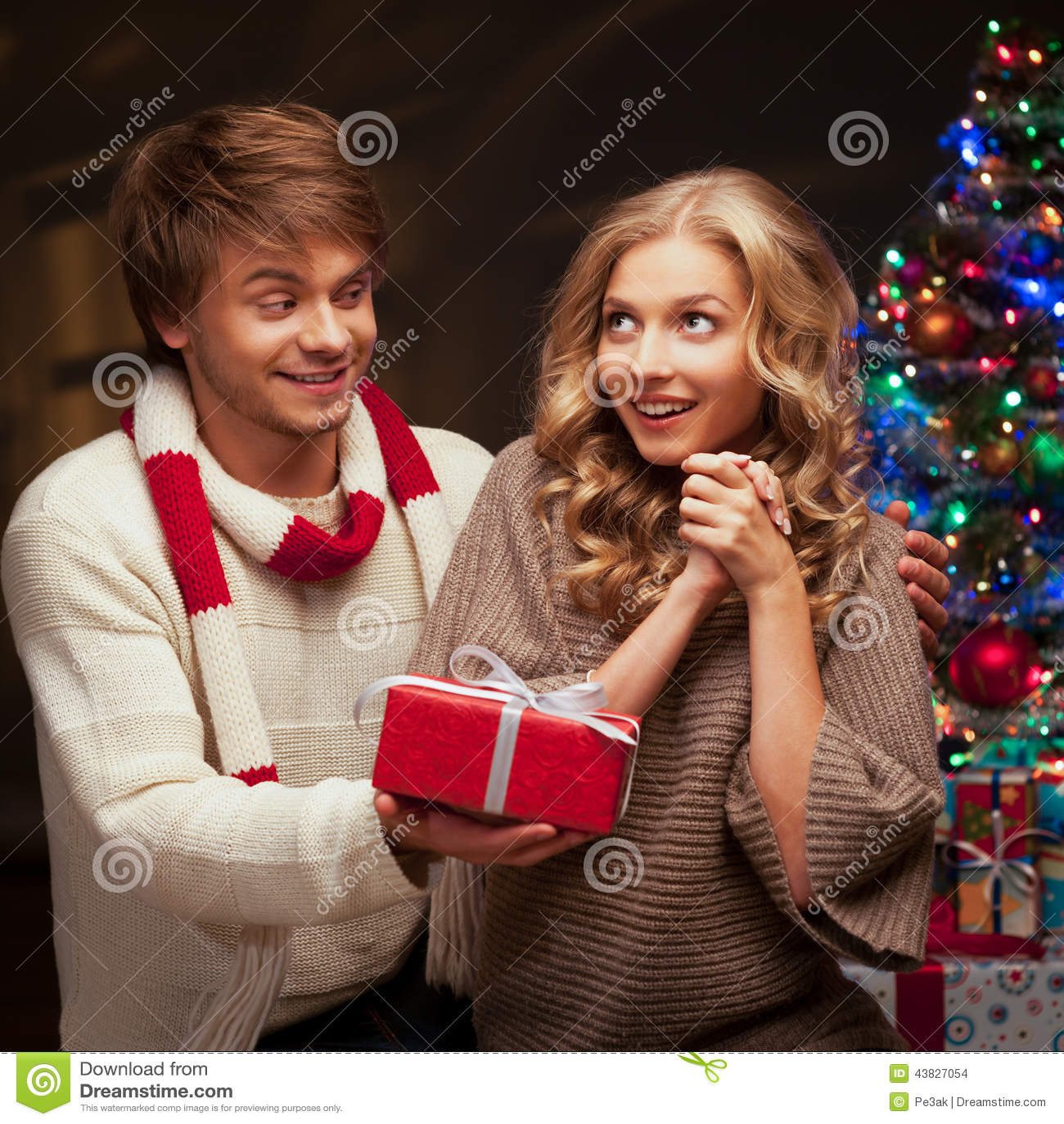 Junge Paare, Die Weihnachtsgeschenk Darstellen Stockfoto - Bild von ...
