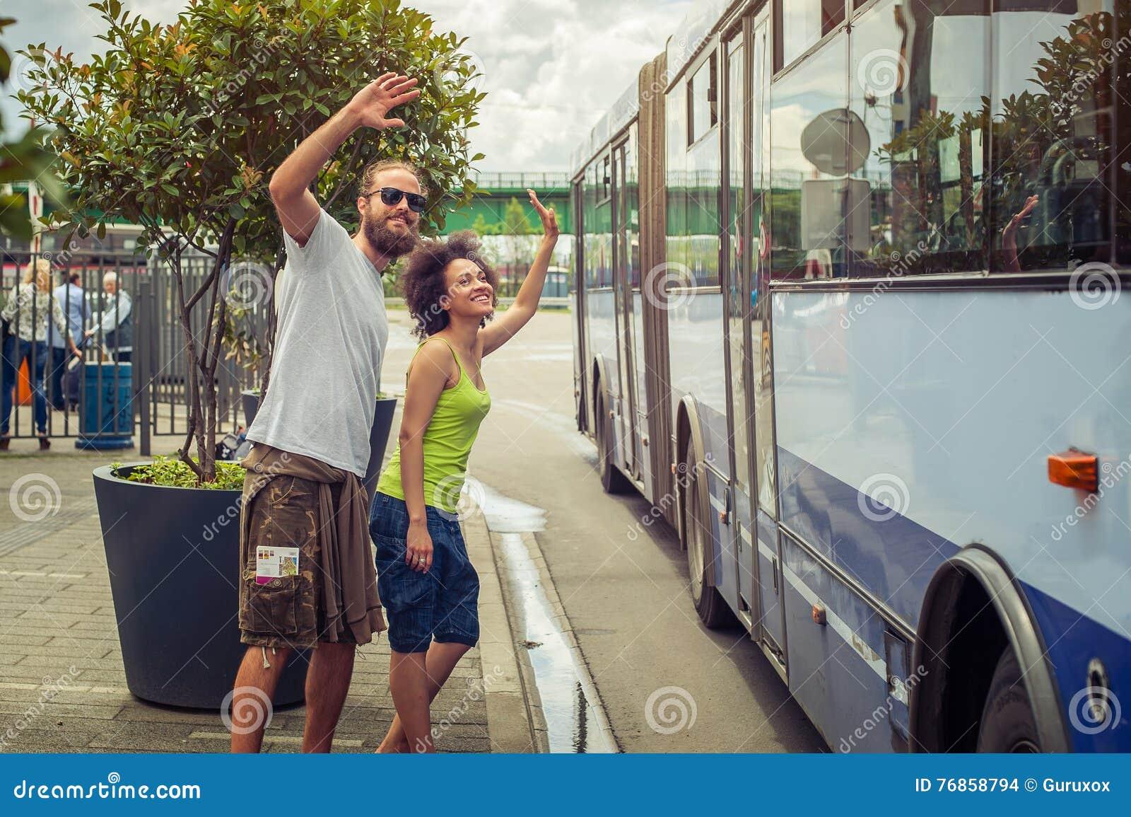 junge paare die zu ihren freunden auf dem bus zum abschied winken stockfoto bild von bart. Black Bedroom Furniture Sets. Home Design Ideas