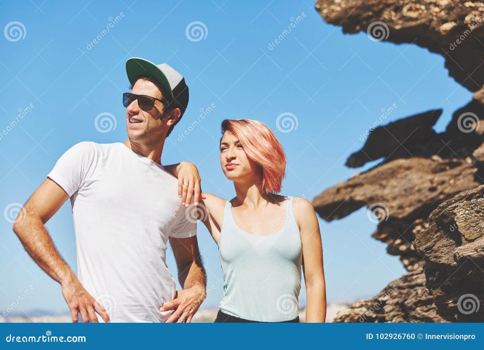 Junge Paare, die zusammen durch den Felsen weg schaut stehen