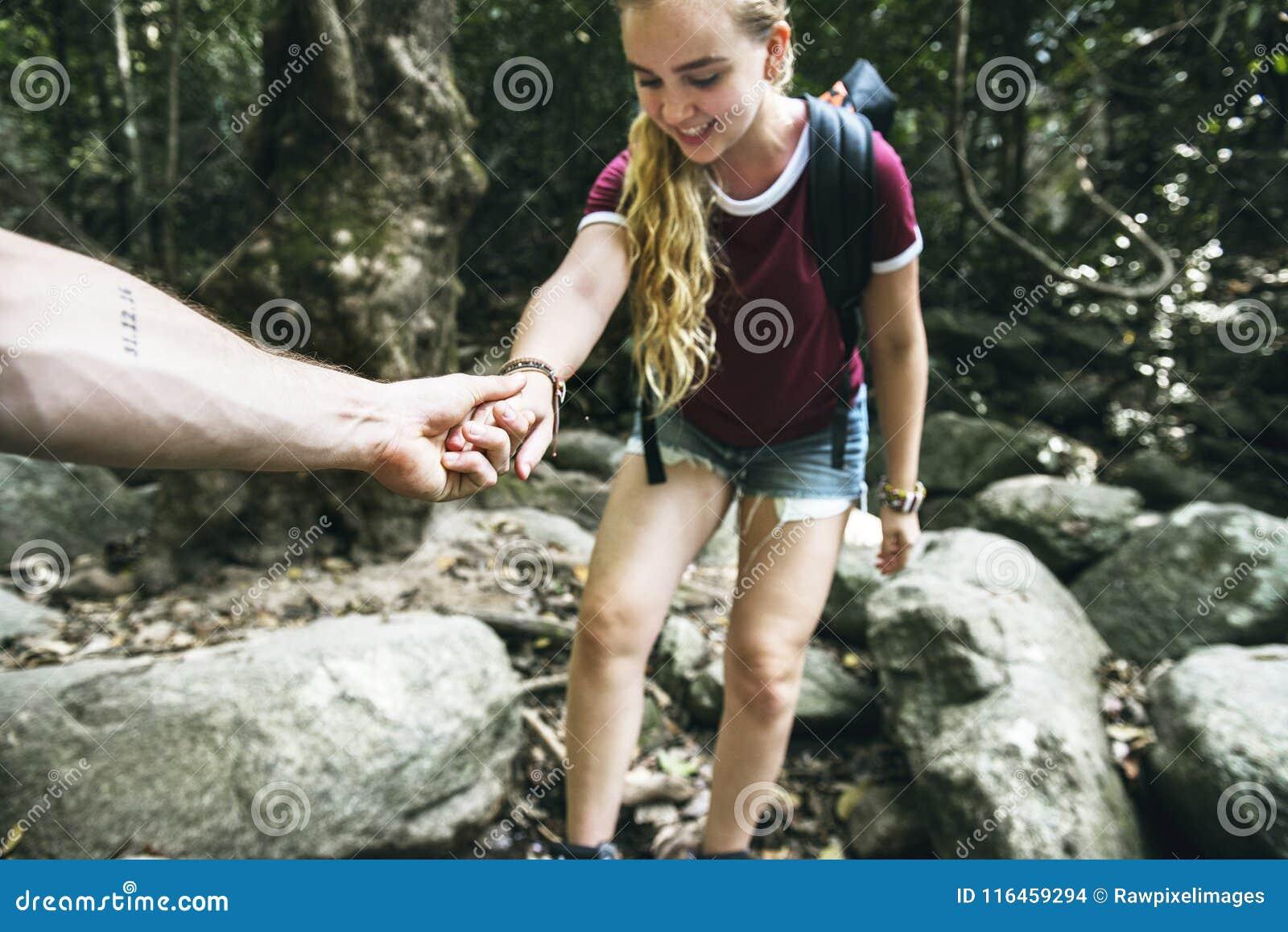 Junge Paare, die zusammen in Wald reisen