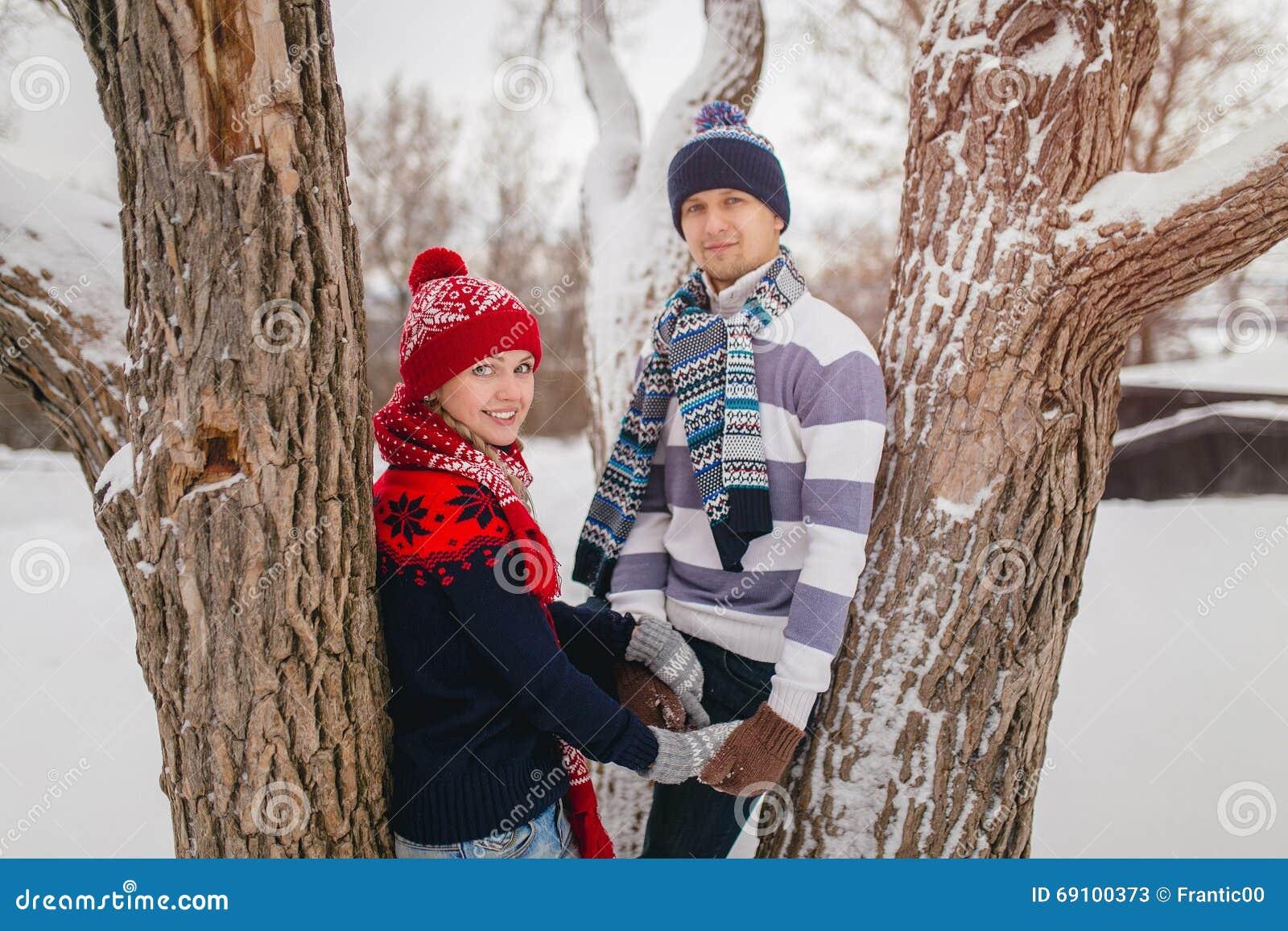 Junge Paare In Gestrickter Kleidung In Winter Park