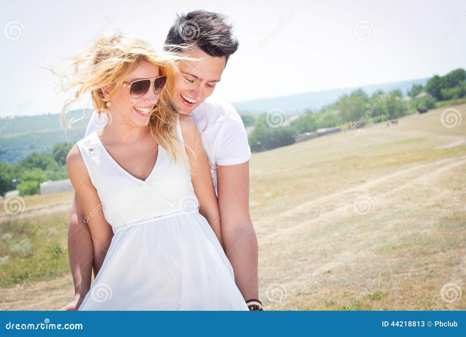 Junge Paare glücklich zusammen
