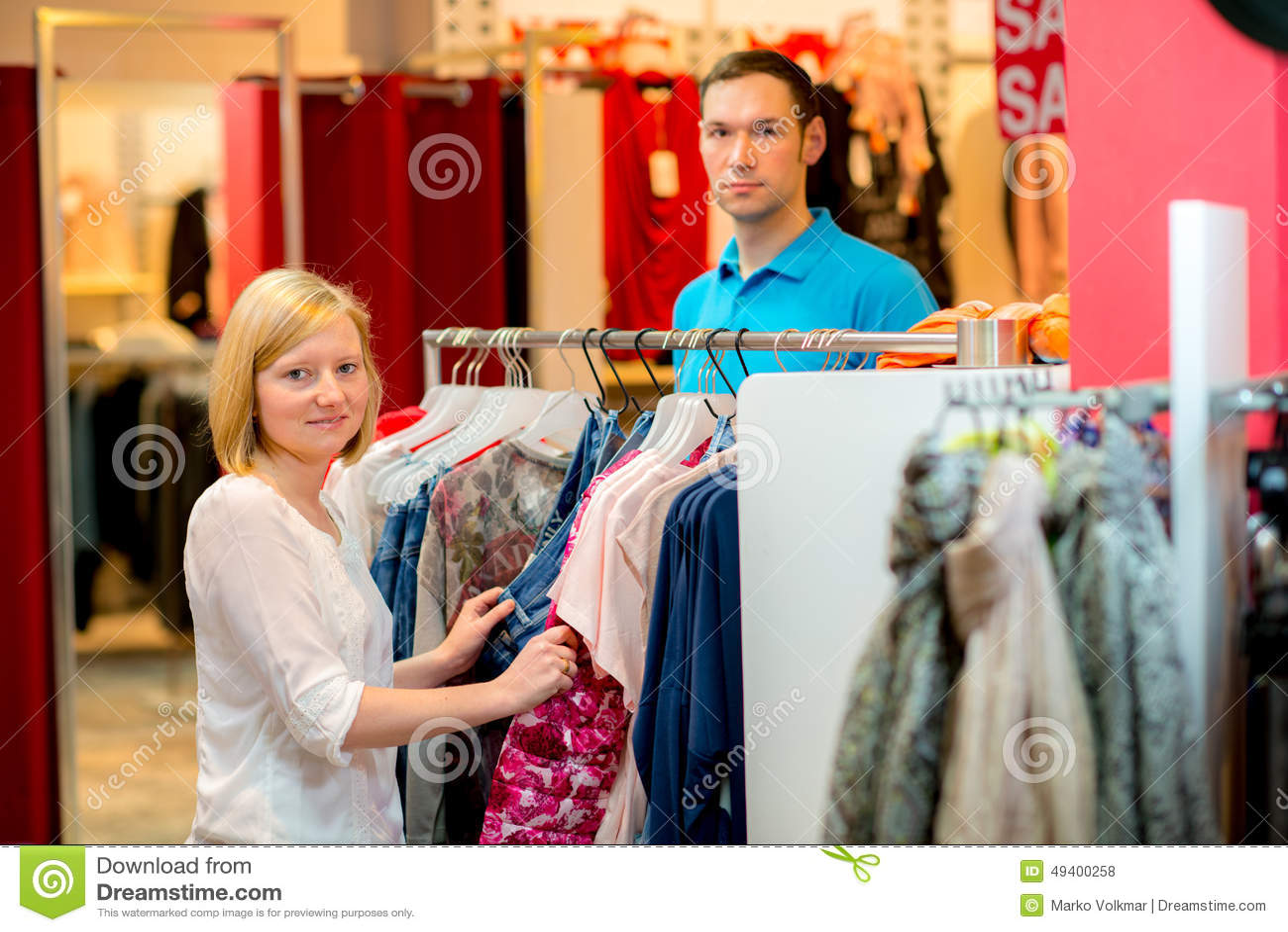 Download Junge Paare Im Kleidungsshop Stockfoto - Bild von lebensstil, schön: 49400258