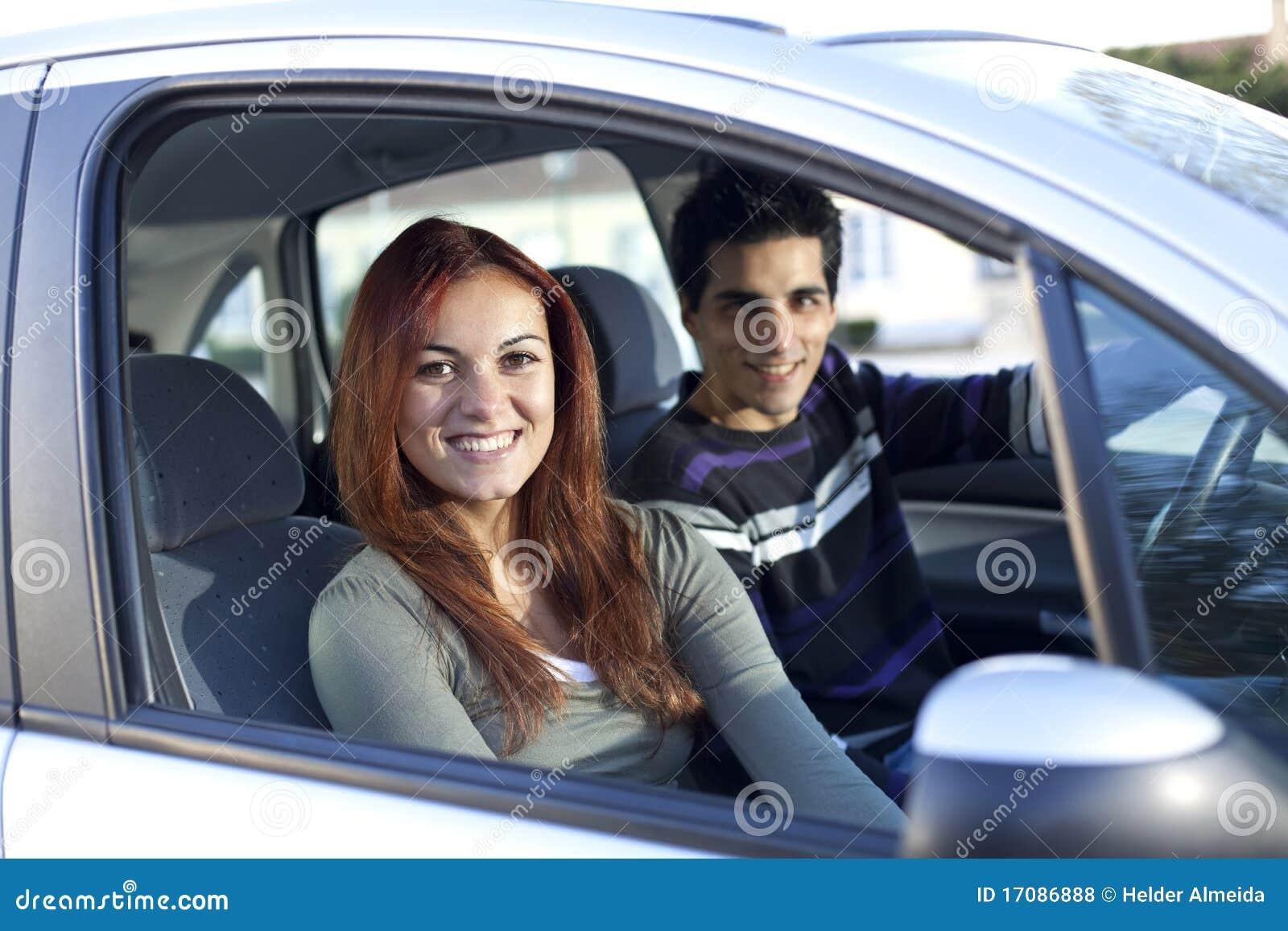 Junge Paare innerhalb des Autos