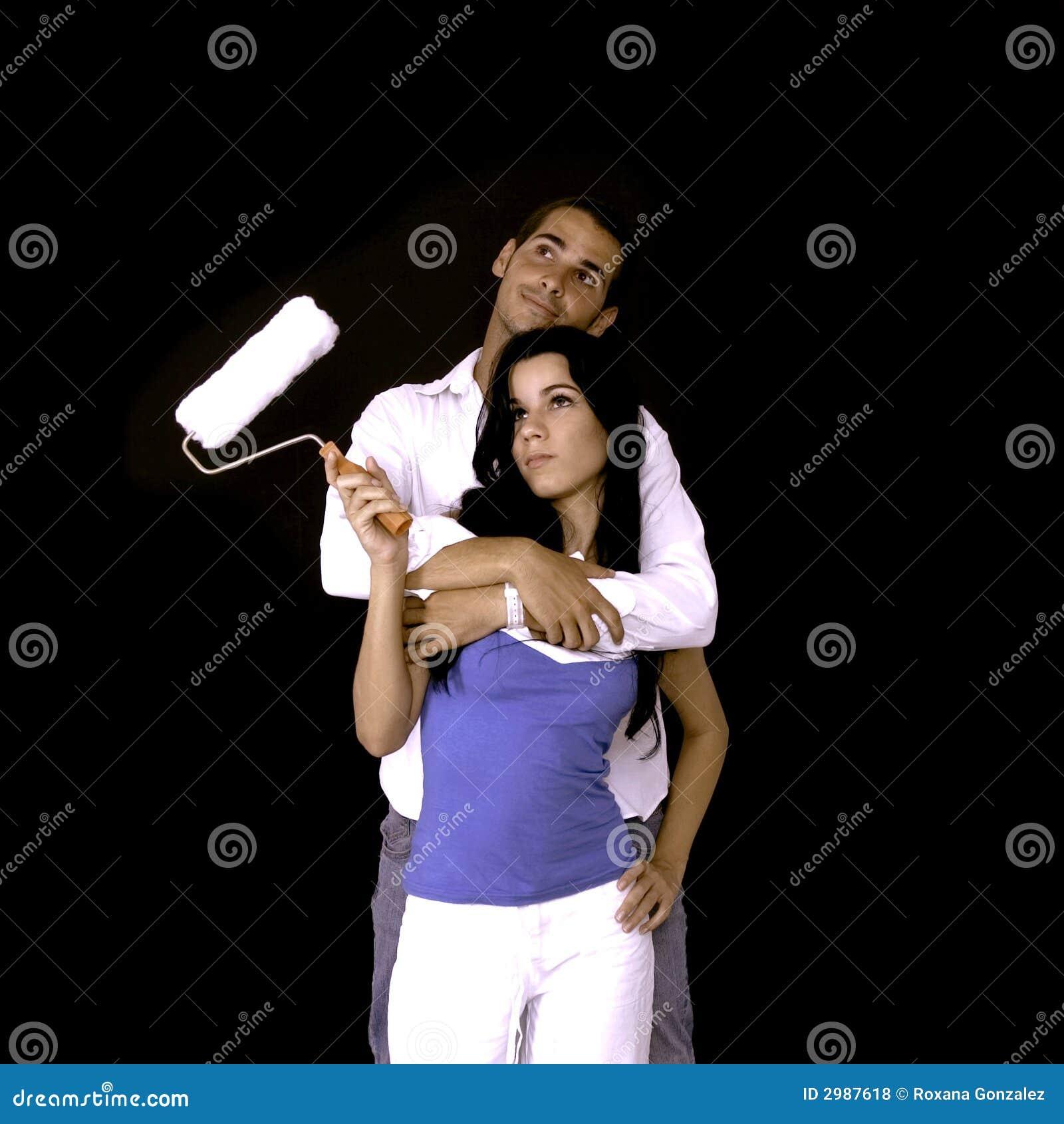 Junge Paare mit Lackrolle