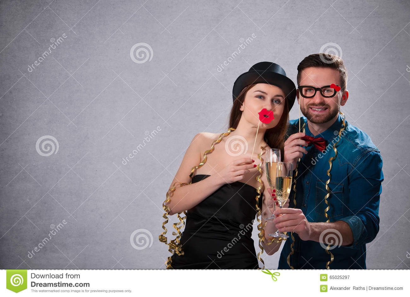 Junge Paare mit Sektkelchen